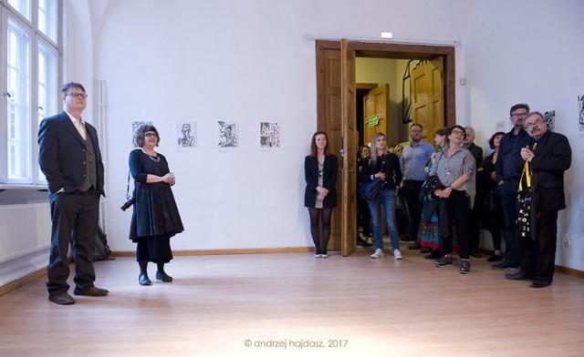"""Przed koncertem została otwarta wystawa Lewisa Achenbacha (pierwszy z lewej), który """"maluje dźwięk"""". fot. Andrzej Hajdasz"""