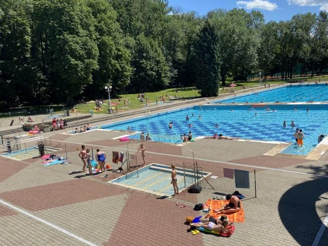Kąpielisko w Cieszynie jest już otwarte. W środę 1 lipca skorzystało z niego ok. 250 osób. Przeglądaj gestem lub za pomocą strzałki, by zobaczyć kolejne zdjęcie