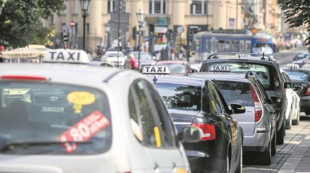 Na krakowskich ulicach co roku przybywa taksówek, ale przez to problem ich dostępności wcale nie znika