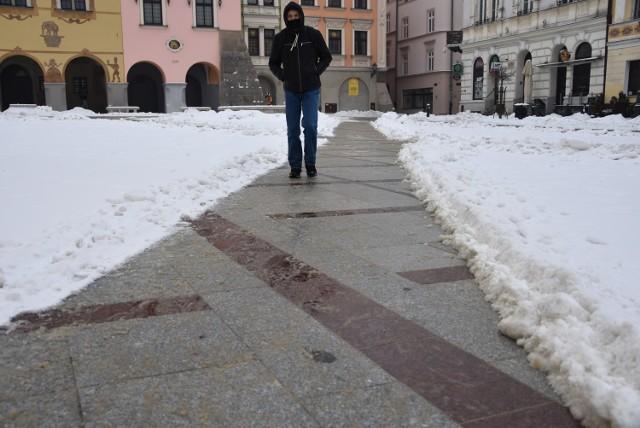 Spacerując po Rynku trzeba bardzo uważać, szczególnie na śliskie, czerwone płyty granitowe