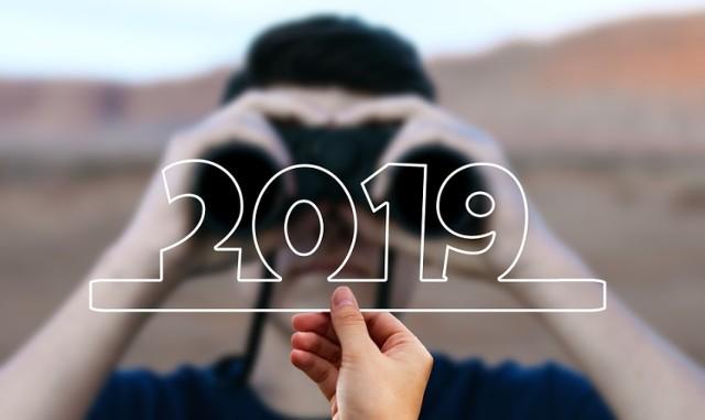 Przełom grudnia i stycznia to pierwsza okazja w roku, aby mieć więcej dni wolnych od pracy. 29 grudnia (sobota) i 30 grudnia (niedziela) oraz 1 stycznia (wtorek) to dni wolne od pracy. Aby nieprzerwanie cieszyć się wolnym przez 4 dni, warto wziąć jeden dzień urlopu - 31 grudnia (poniedziałek).