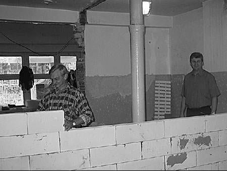 Stanisław Nowak i Edward Bober w remontowanej świetlicy.