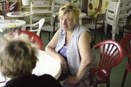 Barbara Baran ze Stowarzyszenia Kobiet po 40-tce udziela porady kolejnej bezrobotnej.