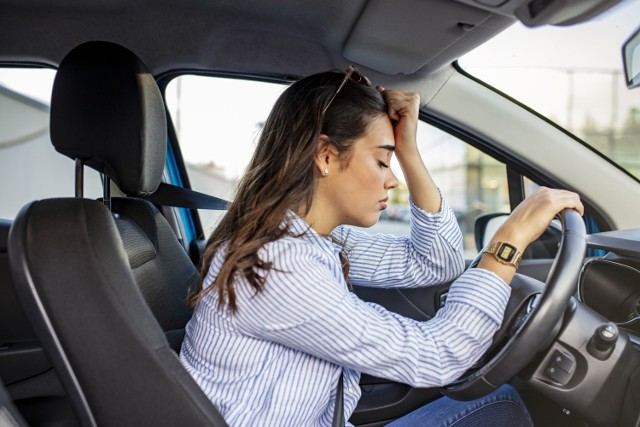 Naruszenie przepisów na drodze zdarza się każdemu kierowcy, ale za niektóre wykroczenia drogowe możemy otrzymać tak wysoki mandat, że naprawdę nas to zaboli. Taryfikator mandatów jest bezwzględny - zobacz, czego lepiej nie robić na drodze, by nie stracić kilkuset złotych w kilka sekund!