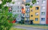 Pożar w bloku w Mysłowicach. Dwie osoby trafiły do szpitala. Na miejscu pracowało aż 11 zastępów straży pożarnej