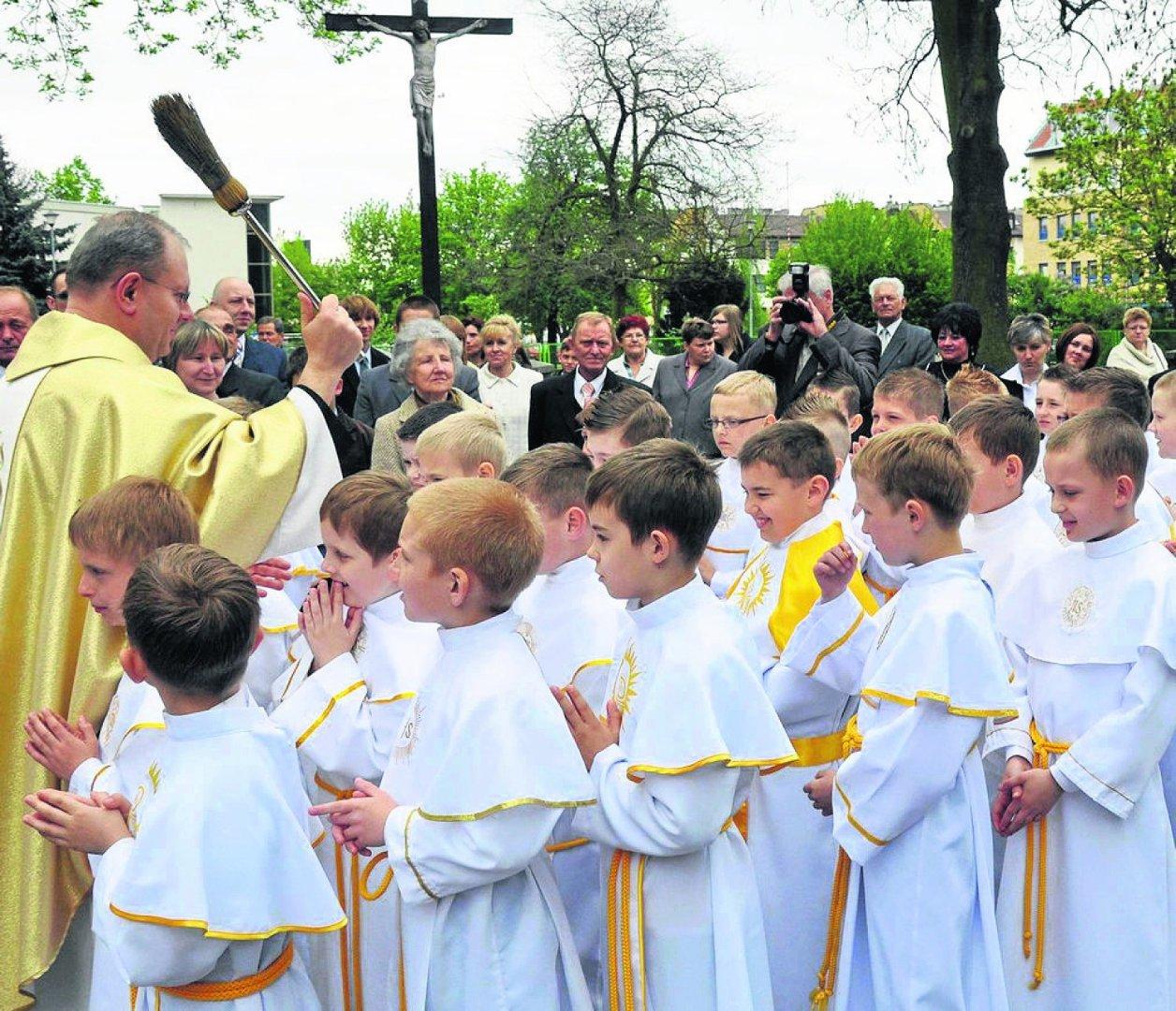 b63a7b83fa Sakramentowi Pierwszej komunii świętej coraz częściej towarzyszą  uroczystości rodzinne
