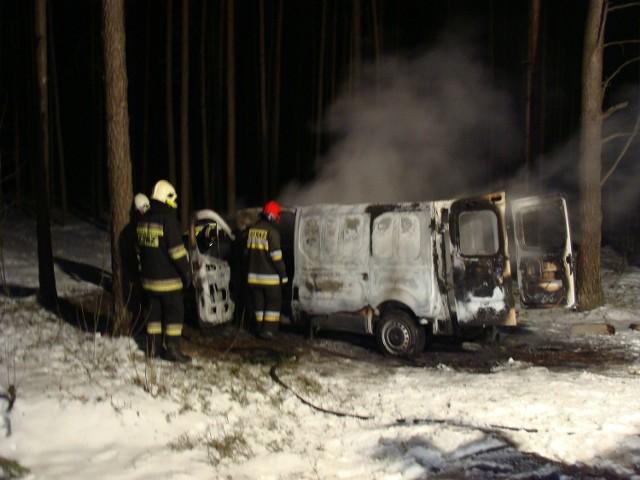 Strażacy dogasili palącego się busa