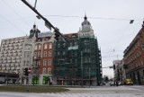 Zabytkowa kamienica w centrum Katowic w remoncie. Część już odzyskała blask. To ogromny budynek między Piastowską a Moniuszki