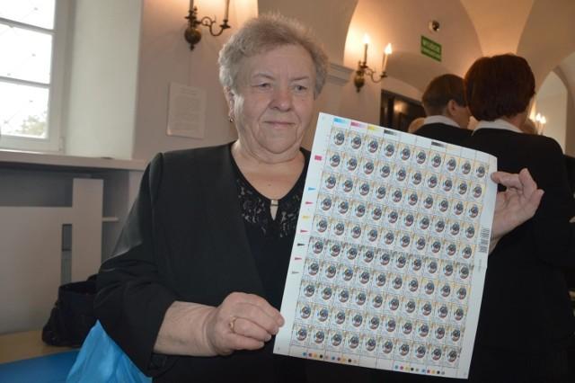 W tym roku Poczta Polska wydała znaczek z łowicką oklejanką, której autorką jest Danuta Wojda (na zdjęciu)