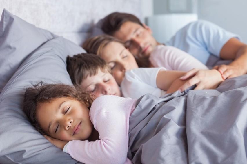 Wielu rodziców od czasu do czasu pozwala maluchom spać ze...