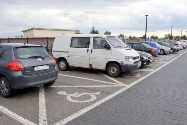 Niepełnosprawni, którzy  zaparkują na kopercie przed Świętokrzyskim Centrum Onkologii  nie płacą za postój, inne miejsca są  dla nich pełnopłatne.