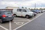 Niesprawiedliwość na parkingu przed Świętokrzyskim Centrum Onkologii w Kielcach. Jedni kierowcy mają rabat na parkowanie, inni nie [ZDJĘCIA]