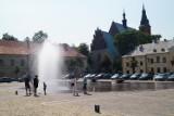 Mieszkańcy chłodzą się za pomocą kurtyn wodnych