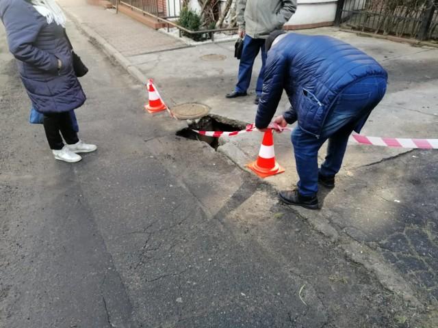 Pod autem zapadła się nawierzchnia i przednie koło wpadło w tę dziurę