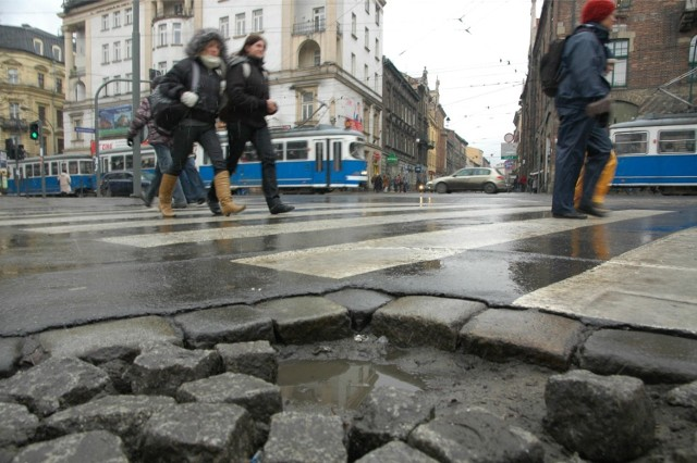 """Klub radnych Platforma.Nowoczesna Koalicja Obywatelska złożył  projekt uchwały w sprawie przyjęcia programu pn. """"Nasze Śródmieście"""" dotyczącego przeprowadzania remontów, budowy, przebudowy i rozbudowy chodników, dróg i oświetlenia w siedmiu dzielnicach w rejonie centrum Krakowa."""