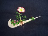 Artysta udekorował sportowe logo haftowanymi kwiatami. Efekt? Zobaczcie sami [ZDJĘCIA]