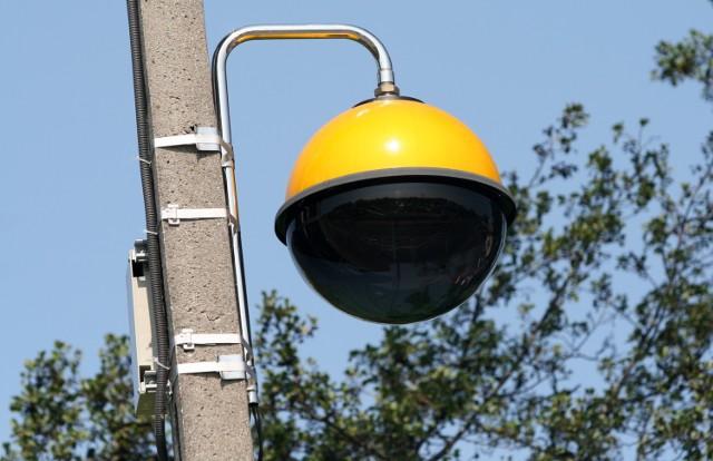 Jolanta Sikorska, komendant straży miejskiej w Brzezinach informuje, że kamery rejestrujące przejazd pojazdów na czerwonym świetle zamontowane są na dwóch sygnalizatorach na drodze krajowej nr 72. Dwa urządzenia zamontowane są przy ul. Sienkiewicza, a kolejne dwa przy ul. Kościuszki.