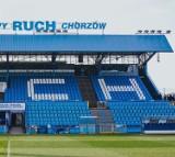 Na trybunie stadionu Ruchu pojawił się napis - zobacz ZDJĘCIA.  Krzesełka zostały pomalowane - sfinansowali to kibice