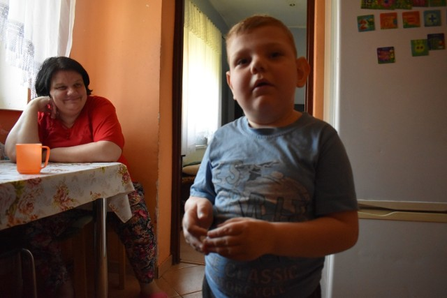 Ciekawski Oskar (w tle jego mama) wczoraj wieczorem znów pojechał do specjalistów w Warszawie