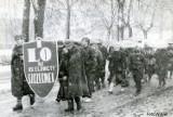 Pamiętacie taki pochód 1-majowy w Szczecinku? Padał wówczas śnieg [zdjęcia]