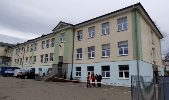 W poniedziałek doszło do awarii instalacji gazowej w buskiej Szkole Podstawowej numer 1. Miejsce obok głównego wejścia do budynku, gdzie zlokalizowano rozszczelnienie rury, zostało zabezpieczone.