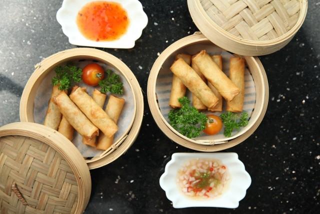 """Gdzie zamówić najlepsze dania z chińskiej i wietnamskiej kuchni? Sprawdź, które miejsca w Lublinie polecają klienci. Kliknij w przycisk """"zobacz galerię"""" i przesuwaj zdjęcia w prawo - naciśnij strzałkę lub przycisk NASTĘPNE."""