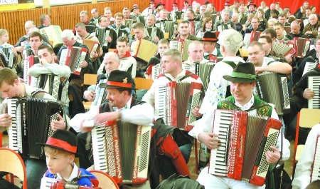 W Kramarzynach pod Bytowem zagrała największa akordeonowa orkiestra świata. Fot. Marcin Pacyno
