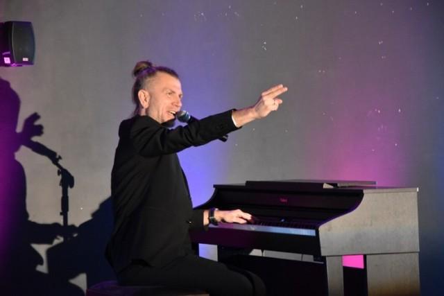 Artysta Adam Snopek prezentuje najpopularniejsze utwory muzyczne od Bacha do czasów współczesnych wraz z przerywnikami w formie ciekawostek z życia wykonawców