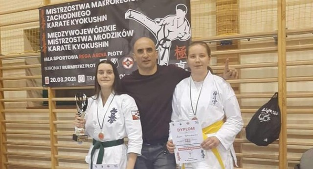 Na zdjęciu trener Wiesław Nieżurawski wraz ze zwyciężczynią Martyną Gralak oraz Agatą Byczyńską, która zajęła trzecie miejsce.