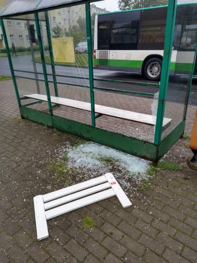 Przystanek autobusowy w Szczecinku zdemolowany przez chuligana