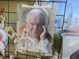 W Wadowicach nawet buty muszą mieć związek z papieżem a prawda o kremówkach jest brutalna. Co turyści tu kupują? [ZDJĘCIA]