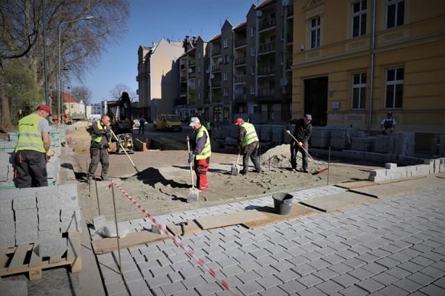 Po zakończonym remoncie chodników na ulicy Chrobrego w Brzegu rozpoczęto kolejną część prac.