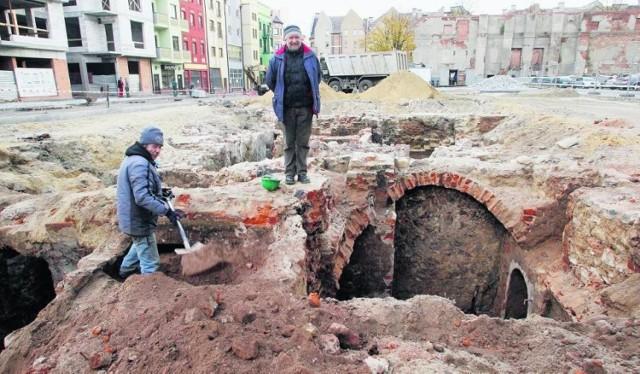 Na początku października (2010) archeolodzy odkryli pozostałości XIII-wiecznych sukiennic. To była sensacja. - Są to najstarsze relikwie zabudowy Rynku - chwalił się wtedy Leszek Lenarczyk, dyrektor Muzeum Archeologiczno-Historycznego w Głogowie.  Czytaj dalej pod kolejnym zdjęciem