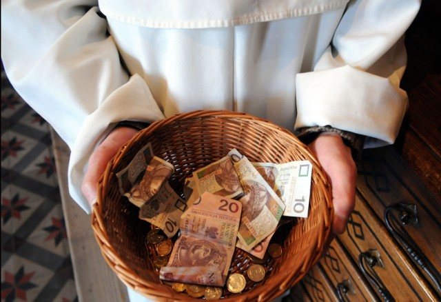 """Polscy księża płacą nie tylko niższe niż inni podatki, ale korzystają też na podwójnej waloryzacji emerytur. Jak donosi """"Super Express"""", księży czeka również zwiększenie podwyżki z Funduszu Kościelnego.   Ile zarabiają duchowni? Jaką emeryturę później otrzymują? Sprawdź na kolejnych slajdach >>>"""