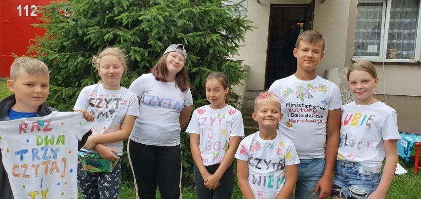 Bibliotekarze z Miastka namawiają do czytania i tworzą z dziećmi oryginalne koszulki promujące czytelnictwo