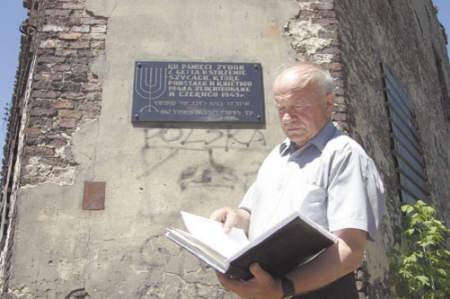 Łukasz Padoł, radny ze Strzemieszyc, od kilku lat monitoruje sprawę tablicy.
