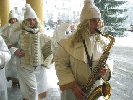Zespół ?Anioł Band? zagrał najpierw dla urzędników magistratu, a potem dał koncert na Rynku.  WOJCIECH TRZCIONKA