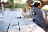 """""""Dyscyplinarka"""" za picie w czasie pracy zdalnej? Taka może być reakcja szefa zgodna z Kodeksem Pracy. Problem jest poważny?"""