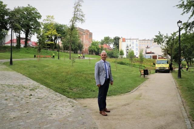 Trwają prace pielęgnacyjne zieleni miejskiej w Brzegu.