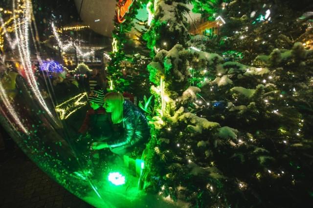 Kula śnieżna, do której można było wejść z rodziną bądź przyjaciółmi, i przy okazji zrobić pamiątkowe zdjęcia  była jedną z największych atrakcji Jarmarku Bożonarodzeniowego 2019