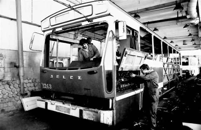W dekadzie lat 80. minionego stulecia Kapena rozpoczęła naprawy Jelczy produkowanych a licencji francuskiego Berlieta