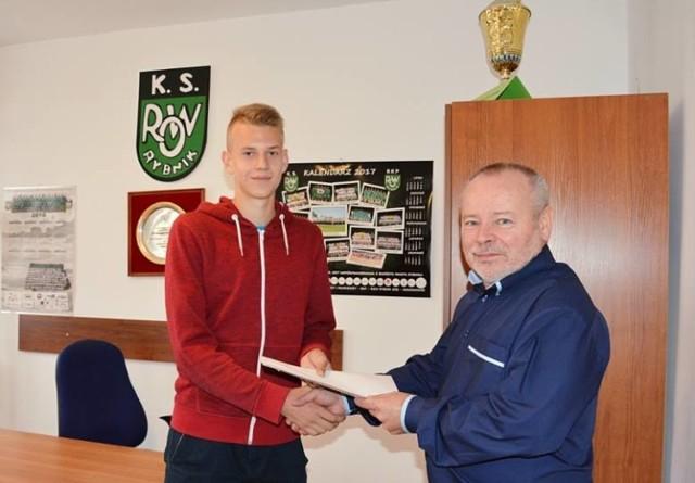 We wrześniu 2017 roku Wiktor Piejak podpisał profesjonalny kontrakt z ROW-em 1964 Rybnik, który miał obowiązywać do 30 czerwca 2020 roku