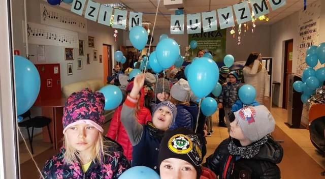Dzień Świadomości Autyzmu. Happening na niebiesko w szkole Arka