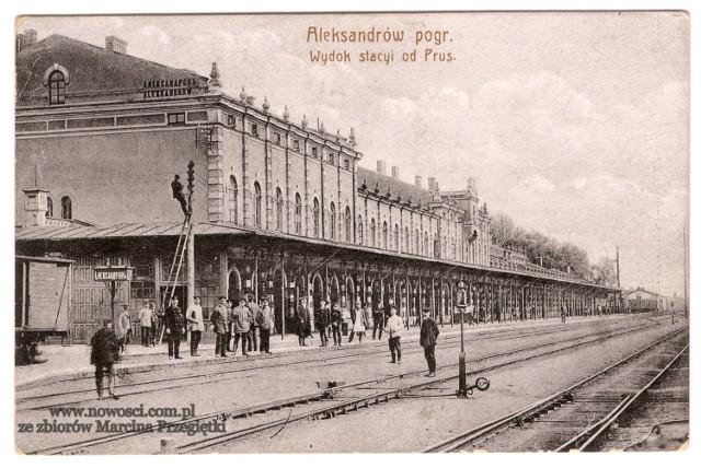 Trudno sobie wyobrazić lepsze miejsce dla marszałkowskiego pociągu retro. Aleksandrów Kujawski wyrósł dzięki kolei, a konkretnie dzięki kolejowemu przejściu granicznemu, jakie znajdowało się tu podczas zaborów. Do dziś pamiątką po tym, a zarazem główną atrakcją miasta, jest ogromny dworzec - jedna z najdłuższych takich budowli w Europie.