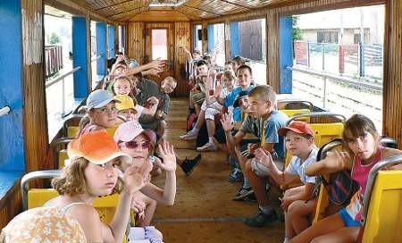 Wycieczka do Jędrzejowa i przejażdżka kolejką wąskotorową to dla dzieci, które wakacje spędzają w mieście, duża frajda.