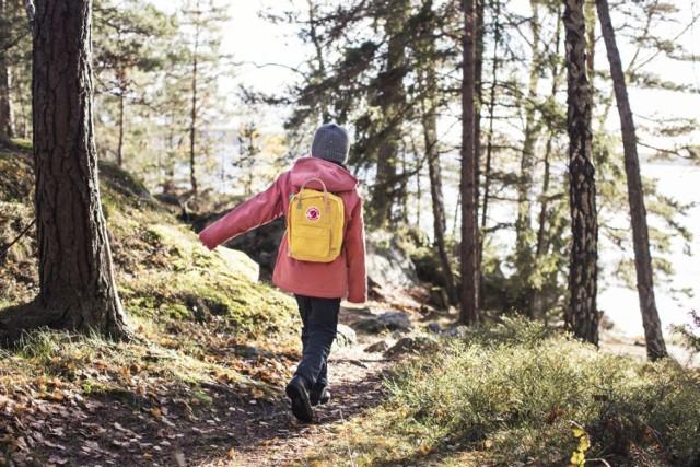 """Wykonana z brezentu (bardzo odpornej tkaniny) torba-plecak szwedzkiej marki Fjällräven to absolutny hit w Warszawie. Czym się wyróżnia? Jak podkreślają osoby, które """"są w nim zakochane"""" przede wszystkim jest bardzo pojemny i funkcjonalny - nieprzemakalny i posiada rączki, dzięki którym możemy go nosić jak torbę, a też ma w środku matę, na której można usiąść w dowolnym miejscu.  Niewiele osób jednak wie, że ten plecak jest pewnego rodzaju ikoną mody i produkowany jest przez firmę od 1978 roku.   Ile kosztuje? Około 400 złotych."""