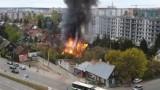 Kolejny tajemniczy pożar na osiedlu Bema w Białymstoku. Doszczętnie spłonął tam drewniany dom [ZDJĘCIA]