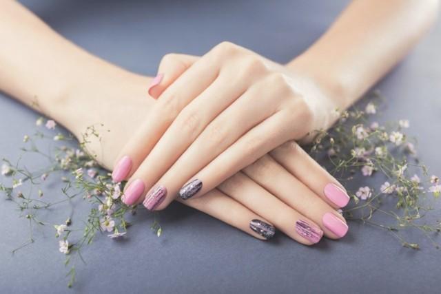 Pora na nowe, modne paznokcie! Wiosna 2021 puka do drzwi, zaproś ją też na swoje dłonie. Zobacz, jakie są obecnie trendy w manicure - wiosenne paznokcie są teraz w modzie!