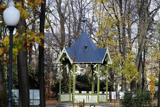 Złota polska jesień w listopadzie w Parku Miejskim w Jaśle.