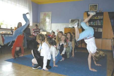 Mamy i opiekunowie z niedowierzaniem obserwowały pokaz tańca nowoczesnego przygotowany przez dzieci.